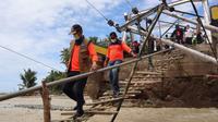 Kepala BNPB Doni Monardo melakukan peninjauan lokasi banjir bandang di wilayah Kabupaten Alor, Nusa Tenggara Timur (NTT) pada Rabu, 7 April 2021. (Badan Nasional Penanggulangan Bencana/BNPB)