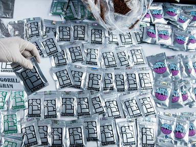 Sejumlah paket tembakau gorila yang sudah dikemas ditampilkan saat ungkap kasus tindak pidana narkotika di Ditresnarkoba Polda Metro Jaya, Jakarta, Jumat (3/2). Ditresnarkoba Polda Metro Jaya mengamankan empat tersangka. (Liputan6.com/Gempur M. Surya)