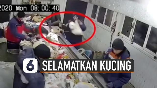 Petugas tampak menggendong dan kaget atas apa yang ditemukannya.