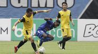 Striker Arema FC, Ricky Kayame, berusaha mengontrol bola saat melawan Bhayangkara FC pada laga perempat final Piala Presiden 2019 di Stadion Patriot, Bekasi, Sabtu (30/3). Bhayangkara kalah 0-4 dari Arema. (Bola.com/Yoppy Renato)