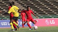 Gelandang Timnas Indonesia U-22, Rafi Syaharil, saat melawan Malaysia di Piala AFF U-22 2019 yang digelar di Olympic Stadium, Phnom Penh, Rabu (20/2/2019). (Bola.com/Zulfirdaus Harahap)