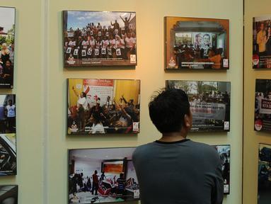 Pengunjung melihat-lihat koleksi foto relawan Jokowi yang dipamerkan di Plaza Atrium Senen, Jakarta, Sabtu (23/4/2016). Hingga 29 April mendatang, Relawan Jokowi menggelar pameran foto dukungan dan diskusi. (Liputan6.com/Helmi Fithriansyah)
