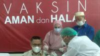 Wali Kota Kendari mengikuti Vaksinasi Covid-19.(Liputan6.com/Ahmad Akbar Fua)