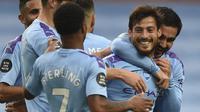Gelandang Manchester City, David Silva, merayakan gol yang dicetaknya ke gawang Newcastle United pada laga lanjutan Premier League pekan ke-34 di Etihad Stadium, Kamis (9/7/2020) dini hari WIB. Manchester City menang 5-0 atas Newcastle. (AFP/Oli Scarff/pool)