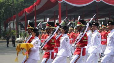 Paskibraka putri dari Jawa Barat, Tarrisa Maharani Dewi, terpilih mengemban tugas sebagai Pembawa Baki Sang Saka Merah Putih pada upacara HUT ke-73 RI