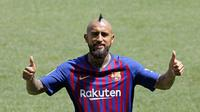 Pemain baru Barcelona, Arturo Vidal, saat perkenalan di Stadion Camp Nou, Senin, (7/8/2018). Barcelona merogoh kocek sebesar 19 juta euro untuk mengamankan jasa pria berkebangsaan Cile itu. (AP/Manu Fernandez)