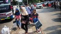 Pemudik berdatangan di Terminal Bus Kampung Rambutan, Jakarta Timur, Minggu (9/6/2019). Jumlah penumpang yang memasuki terminal Kampung Rambutan dalam arus balik Lebaran 2019 diperkirakan bakal memuncak pada Minggu (9/6) ini. (Liputan6.com/Faizal Fanani)