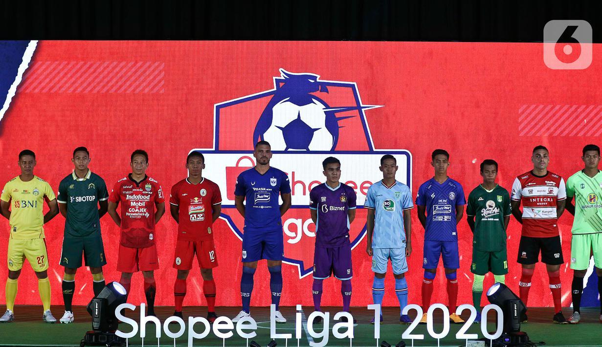 Pemain dan wasit mengenakan jersey untuk Shopee Liga 1 2020 saat acara Launcing di Hotel Fairmont, Jakarta, Senin (24/2/2020). Shopee Liga 1 2020 diikuti 18 klub terbaik Indonesia. (Liputan6.com/Johan Tallo)