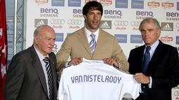 Penyerang baru Real Madrid Ruud Van Nistelrooy diperkenalkan oleh Presiden Real Madrid Ramon Calderon (kanan) dan Presiden Kehormatan Alfredo di Stefano (kiri) di Stadium Santiago Bernabeu, Spanyol, Jumat (28/7/2006). (EPA/Paco Campos)