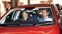 Presiden Jokowi menumpangi mobil yang dikemudikan Perdana Menteri (PM) Malaysia Mahathir Mohamad. (BPMI Setpres/Muchlis Jr)