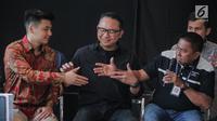 Dirut Garuda Indonesia I Gusti Ngurah Askhara Danadiputra (tengah) mendamaikan Ketua Harian Serikat Karyawan Garuda Indonesia Tomy Tampati (kanan) dengan youtuber Rius Vernandes di Jakarta, Jumat (19/7/2019). Garuda Indonesia dan Rius Vernandes resmi berdamai. (Liputan6.com/Faizal Fanani)
