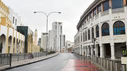 Situasi jalan yang kosong di tengah pandemi COVID-19 di Doha, ibu kota Qatar, (13/4/2020). (Xinhua/Nikku)