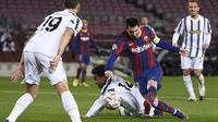 Penyerang Barcelona, Lionel Messi, berebut bola dengan gelandang Juventus, Weston McKennie, pada laga matchday terakhir Grup G Liga Champions di Camp Nou Stadium, Rabu (9/12/2020) dini hari WIB. Juventus menang 3-0 atas Barcelona. (AFP/Josep Lago)