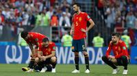Pemain timnas Spanyol Gerard Pique dan Sergio Busquets tertegun di lapangan setelah dikalahkan Rusia pada babak 16 besar Piala Dunia 2018 di Stadion Luzhniki, Minggu (1/7). Spanyol pulang lebih awal setelah kalah adu penalti 4-3. (AP/Manu Fernandez)