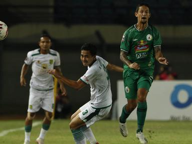 Striker PS Sleman, Irfan Bachdim (kanan) berusaha melewati bek Persebaya Surabaya, Reva Adi Utama (tengah) dalam laga Grup C Piala Menpora 2021 di Stadion Si Jalak Harupat, Bandung, Rabu (7/4/2021). (Bola.com/Ikhwan Yanuar)