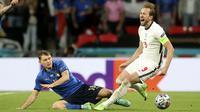 Striker Timnas Inggris, Harry Kane, meringis kesakitan usai dilanggar pemain Italia, Nicolo Barella pada laga final Euro 2020 di Stadion Wembley, London, Senin (12/07/2021). (Foto: AP/Carl Recine,Pool)