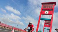 Peserta Palembang Triathlon 2020 bersepeda melintasi Jembatan Ampera pada Minggu (23/2/2020) pagi (Liputan6.com / Nefri Inge)
