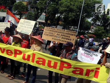 Warga Pulau Pari membentangkan spanduk saat melakukan aksi unjuk rasa di depan Pengadilan Negeri Jakarta Utara, Selasa (8/5). Dalam aksinya mereka menuntut dihentikannya Kriminalisasi terhadap nelayan. (Liputan6.com/Johan Tallo)