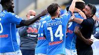 Pemain Napoli merayakan gol yang dicetak Victor Osimhen bersama sang pelatih, Gennaro Gattuso, dalam laga kontra Atalanta pada giornata keempat Serie A di San Paolo, Sabtu (17/10/2020). Napoli sukses meraih kemenangan telak 4-1 dalam laga ini. (AFP/Alberto Pizzoli)