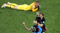 Kapten timnas Kroasia, Luka Modric berselebrasi dekat kiper Inggris, Jordan Pickfor seusai babak semifinal Piala Dunia 2018 di Stadion Luzhniki, Rabu (11/7). Kroasia memastikan diri maju ke final seusai mengandaskan Inggris 2-1. (AP/Thanassis Stavrakis)