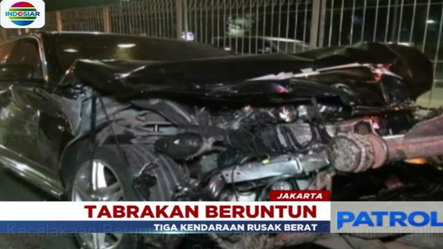Peristiwa bermula ketika salah satu mobil minibus yang melaju dengan kecepatan tinggi terlibat menabrak mobil pick up.