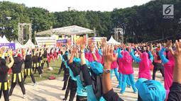 Lomba senam aerobik dalam acara Karnaval SCTV diselenggarakan di Alun-Alun Bojonegoro, Jawa Timur, Sabtu (30/3). Selain senam aerobik, ada juga lomba mewarnai serta bebagai lomba lainnya dengan bertabur hadiah menarik. (Liputan6.com/Pool/SCTV)