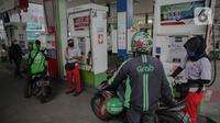Pengemudi ojek darling mengisi bahan bakar di SPBU Cikini, Jakarta Pusat, Selasa (14/4/2020). PT. Pertamina memberikan bantuan cashback 50% kepada ojek darling hingga 12 Juli 2020 demi mereda pandemi virus corona. (Liputan6.com/Faizal Fanani)