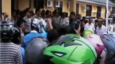 Kepolisian cepat menangkap para tersangka penganiayaan warga Sulawesi Selatan hingga kejanggalan penetapan Jessica sebagai tersangka.