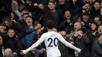 Dele Alli membuat suporter Chelsea terdiam dengan dua golnya pada lanjutan Premier League di di Stamford Bridge, London, (1/4/2018). Tottenham menang 3-1.  (AP/Alastair Grant)