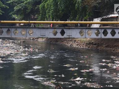 Pemandangan Kali Krukut yang dipenuhi sampah di kawasan Karet, Jakarta, Rabu (19/9). Kurangnya perhatian pihak terkait menyebabkan Kali Krukut dipenuhi sampah. (Liputan6.com/Immanuel Antonius)