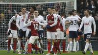 Pemain Arsenal, Jack Wilshere, (10) terlibat adu mulut dengan pemain Tottenham, Erik Lamela pada lanjutan Premier League di Wembley stadium, London, (10/2/2018). Tottenham menang tipis 1-0 atas Arsenal. (AP/Matt Dunham)