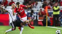 Aksi Alex Grimaldo (kanan) saat membela Benfica kontra Besiktas pada laga Grup B Liga Champions 2016-2017, di Stadion Da Luz, Lisbon (13/9/2016). Grimaldo menjadi incaran Josep Guardiola pada bursa transfer musim dingin tahun depan.  (EPA/Mario Cruz)