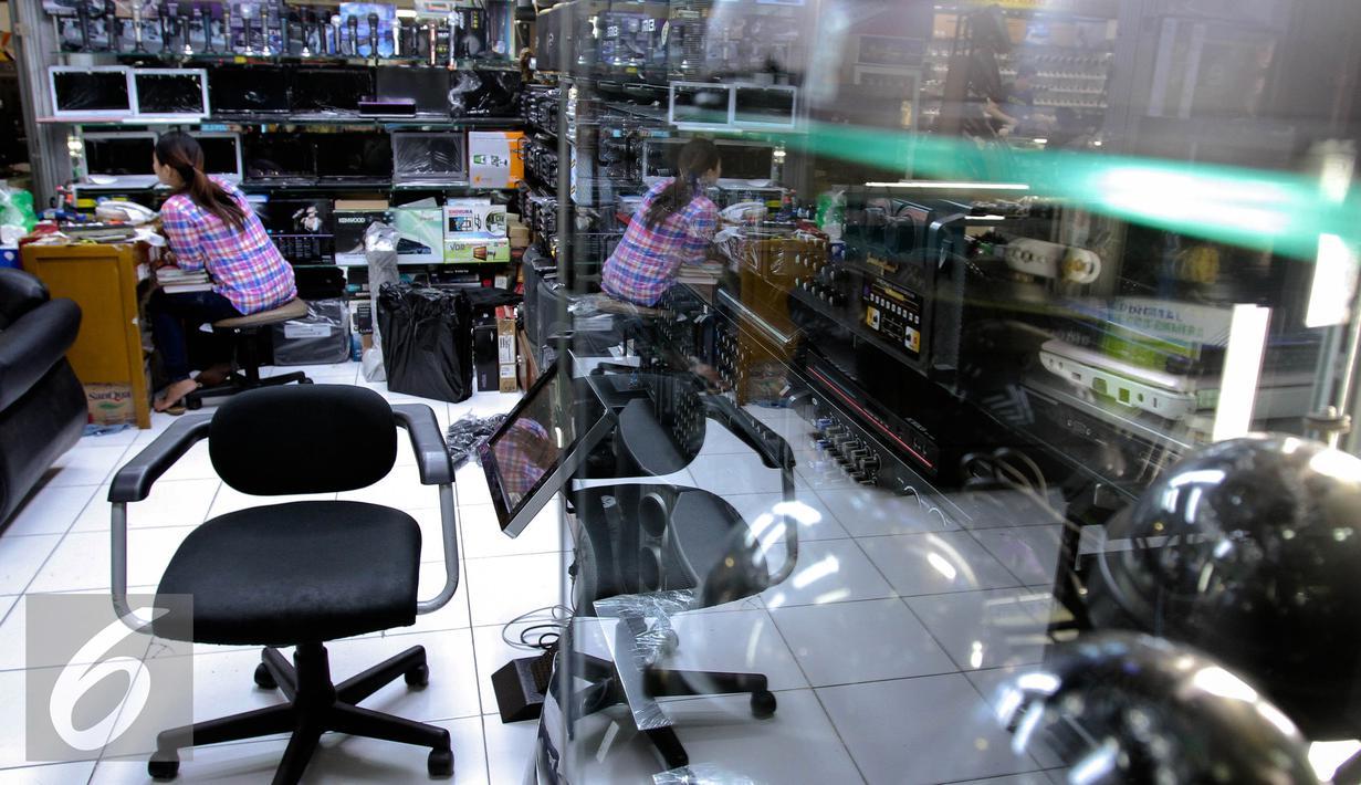 Suasana di salah satu toko elektronik di Glodok, Jakarta, Selasa (25/8/2015). Dampak pelemahan nilai tukar Rupiah atas Dollar Amerika yang menembus angka Rp 14 ribu menyebabkan tingkat penjualan barang elektronik menurun. (Liputan6.com/Faizal Fanani)