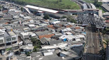 Suasana pemukiman yang berada di dekat Stasiun Kereta Api Kampung Bandan, Jakarta, Rabu (24/5/2015). Pemprov DKI Jakarta berencana akan membangun rumah susun (rusun) di dekat stasiun tersebut pada awal tahun depan. (Liputan6.com/Faizal Fanani)