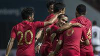Pemain Timnas Indonesia, Riko Simanjuntak, merayakan gol Evan Dimas ke gawang Mauritius pada laga uji coba di Stadion Wibawa Mukti, Jawa Barat, Selasa (11/9/2018). Indonesia menang 1-0 atas Mauritius. (Bola.com/Vitalis Yogi Trisna)