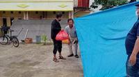 Terpidana kasus korupsi, Mubassir ditangkap oleh tim tangkap buron Kejati Sulawesi Selatan dan Sulawesi Barat, serta Kejari Pare-pare dan Mamuju di tenda pengungsian gempa Mamuju. (Foto: Liputan6.com/Abdul Rajab Umar)