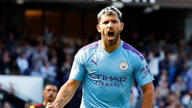 Striker Manchester City, Sergio Aguero merayakan golnya ke gawang Watford