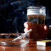Menurut sebuah penelitian terbaru, banyak peminum bir membutuhkan efek stimulan dari nikotin (sumber: telegraph.co.uk)