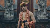 Riza Syah pakai baju adat Bali (Sumber: Instagram/rizasyah_14)