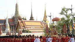 Raja Thailand Maha Vajiralongkorn diarak menggunakan tandu keliling Kota Bangkok, Thailand, Minggu (5/5/2019). Maha Vajiralongkorn diarak keliling Bangkok dengan tandu emas oleh para prajuritnya. (AP Photo/Rapeephat Sitichailapa)