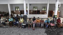 Pengungsi Gunung Merapi berkumpul di lokasi pengungsian di Desa Glagaharjo, Sleman, Jawa Tengah, Rabu (18/11/2020). Kondisi Gunung Merapi yang memasuki level siaga membuat beberapa desa dengan radius 5 Km dari puncak Gunung Merapi mengungsikan penduduknya. (Liputan6.com/Johan Tallo)