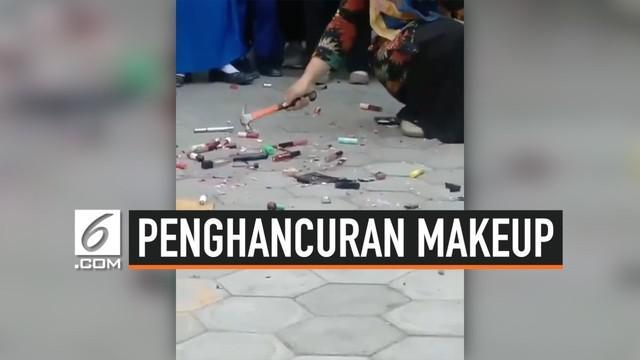 Seorang guru dengan menggunakan palu menghancurkan barang yang dibawa muridnya ke sekolah. Barang tersebut adalah alat makeup. Para murid pun berteriak heboh ketika sang guru satu per satu menghancurkan makeup di hadapan mereka.