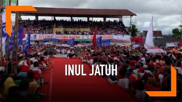 Inul Daratista mengalami kejadian yang kurang beruntung. Ia terjengkang saat mengisi acara di panggung kampanye Jokowi.