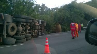 Sebuah truk terguling di Tol Cikampek. (Foto: @JennyK_Karuh)