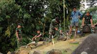Beberapa anggota TNI dikerahkan untuk membantu Tim Nasional Penelitian Situs Gunung Padang bentukan Kementerian Pendidikan dan Kebudayaan melakukan kegiatan ekplorasi dan penelitian, (19/9/2014). (Liputan6.com/Helmi Fithriansyah)