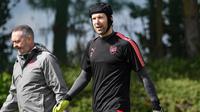 Kiper Arsenal, Petr Cech bersiap mengikuti sesi latihan di London Colney Arsenal, Inggris (25/4). Arsenal akan menghadapi wakil Spanyol, Atletico Madrid pada leg pertama babak semifinal Liga Europa. (AFP Photo/Ben Stansall)