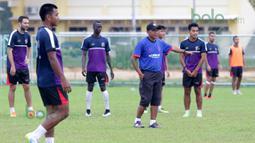 Pelatih Rahmad Darmawan saat memimpin latihan T-Team di Lapangan Gong Badak, Kuala Terengganu, Malaysia, Selasa (26/01/2016). (Bola.com/Nicklas Hanoatubun)