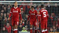 Bek Liverpool Joel Matip (tengah) tertenduk lesu setelah melakukan gol bunuh diri saat bertanding melawan West Bromwich Albion pada putaran keempat Piala FA di stadion Anfield, Inggris (27/1). Liverpool takluk 3-2. (Peter Byrne / PA via AP)