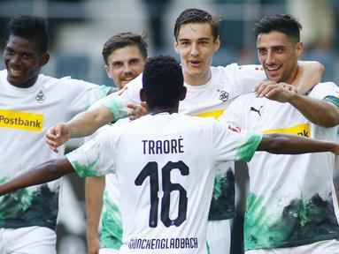 Pemain Borussia Monchengladbach merayakan gol yang dicetak Lars Stindl ke gawang Wolfsburg pada laga lanjutan Bundesliga di Borussia Park Stadium, Rabu (17/6/2020) dini hari WIB. Monchengladbach menang telak 3-0 atas Wolfsburg. (AFP/Thilo Schmuelgen/pool)