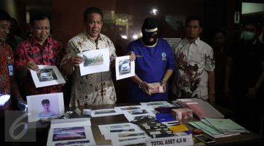 Kepala BNN, Komjen Pol Anang Iskandar menunjukkan tersangka Fit (37) beserta barang bukti kasus pencucian uang hasil bisnis narkotika ke dalam bisnis jual beli kendaraan roda empat di Gedung BNN, Jakarta, Jumat (21/8/2015). (Liputan6.com/Gempur M Surya)